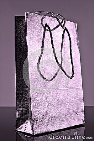 Saco de papel prateado do presente