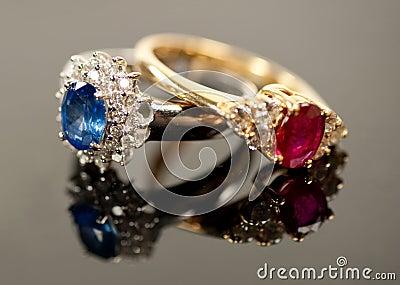 A Safira Vermelha E Azul Soa Em Ajustes Do Diamante Foto de Stock Royalty Free - Imagem: 16322035