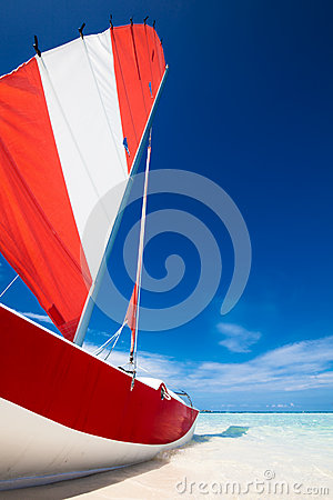 Free Sailing Boat With Red Sail On A Beach Of Deserted Tropical Islan Royalty Free Stock Photography - 52696667