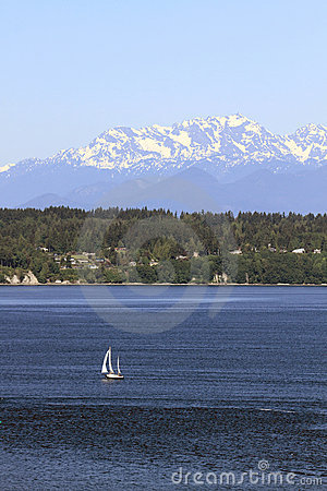 Free Sailing On Puget Sound With Olympic Peninsula View Royalty Free Stock Images - 19839859