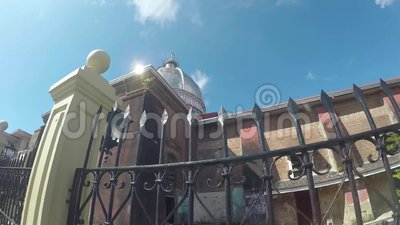 Saint-Paul ο πρώτος καθεδρικός ναός ερημιτών που παρουσιάζει τουβλότοιχους φρακτών και σηκών σιδήρου απόθεμα βίντεο