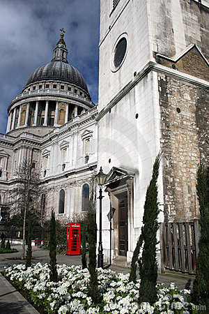 Free Saint Pauls Cathedral And Phone Stock Photography - 16965902