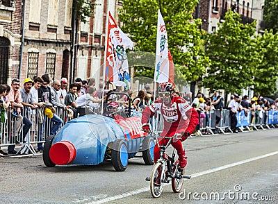 Caractère drôle sur la bicyclette Photo stock éditorial