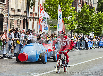 Carácter divertido en la bicicleta Foto de archivo editorial