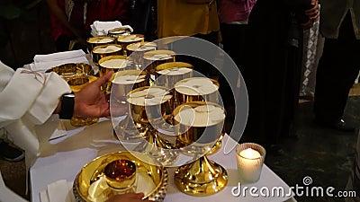 Sakramentalny gospodarza chleb przygotowywał dla ludzi które biorą świętego communion zdjęcie wideo