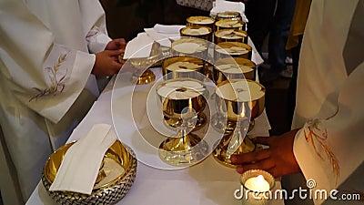 Sakramentalny gospodarza chleb przygotowywał dla ludzi które biorą świętego communion zbiory wideo