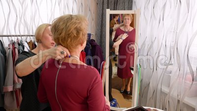 Salão de beleza maduro da roupa da forma da colar da tentativa da mulher filme