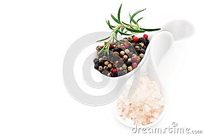 Sal Himalayan y granos de pimienta negros