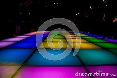 Sala de baile del disco con la iluminación colorida
