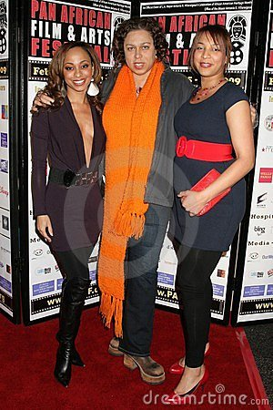 Sala de Caryn con Lydia Martinelli y Daniella Blechner en la premier africana del festival de película de la cacerola de ?Layla?. Foto editorial