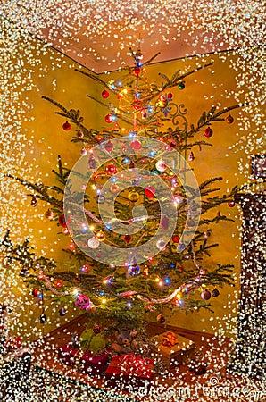 Sala de estar del día de fiesta con el árbol de navidad, regalos y ...