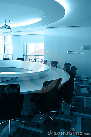 Sala de reunión vacía con la mesa redonda
