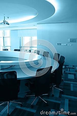 Sala de reuniões vazia com mesa redonda
