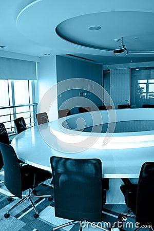 Sala del consiglio vuota con la tavola rotonda