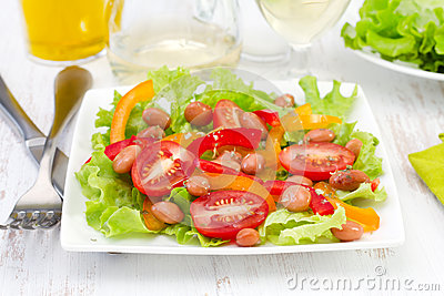 Salad with beans, tomato