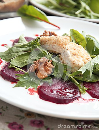 Salad with beet and goat cheese