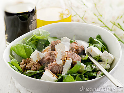Salad with fresh spinach and tuna