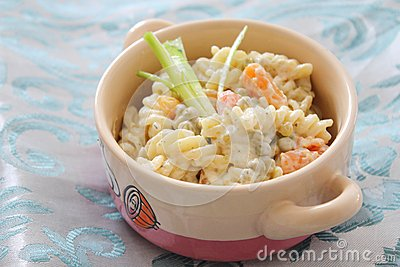 Salad of noodles with peas and carrots