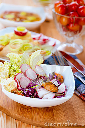 Salad with radishes and mussels