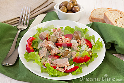 Salad with tuna, olives and pepper