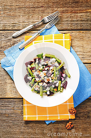Free Salad With Roasted Beets, Green Beans, Walnuts And Goat Cheese Royalty Free Stock Photography - 44598267