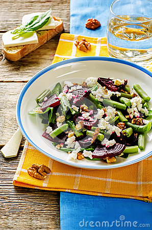 Free Salad With Roasted Beets, Green Beans, Walnuts And Goat Cheese Stock Photo - 44598280