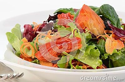 Salada dos salmões fumado