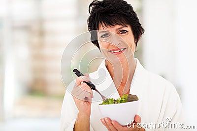 Salada envelhecida meio da mulher