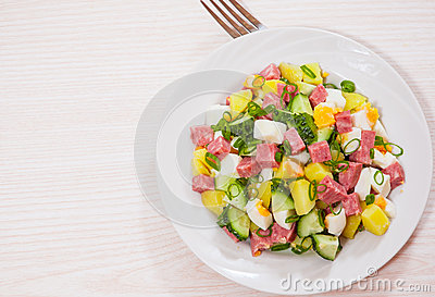 salade fra che avec la pomme de terre l 39 oeuf le salami le concombre et l 39 oignon vert photo. Black Bedroom Furniture Sets. Home Design Ideas