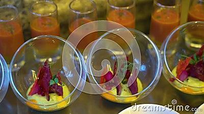 Salades en snacks in het buffet stock videobeelden