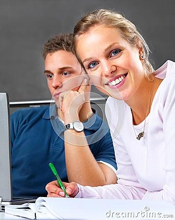 Salas de clase modernas - estudiantes que estudian junto