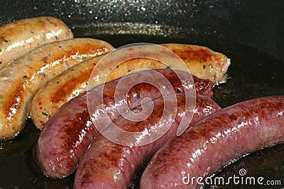 Salchichas asadas a la parilla de la carne de vaca y de cerdo