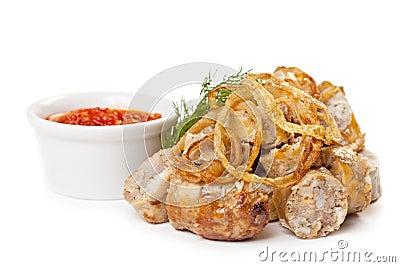 Salchichas fritas con la salsa de tomate picante