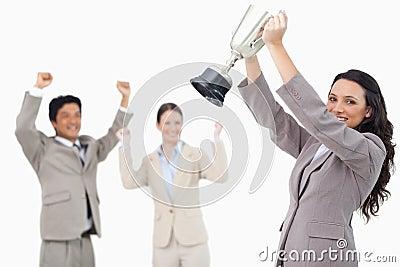 Saleswoman bem sucedido com copo