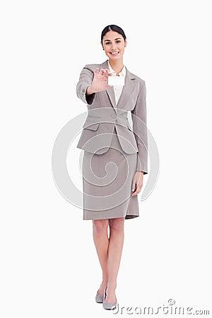 Saleswoman novo que mostra seu cartão em branco
