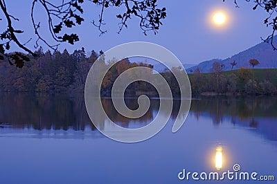 Salida de la luna sobre el lago