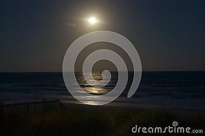 Salida de la luna sobre el océano