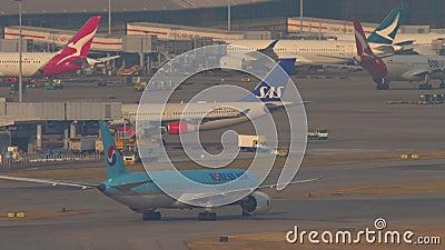 Salida del avión coreano Air Boeing 777 desde Hong Kong almacen de video