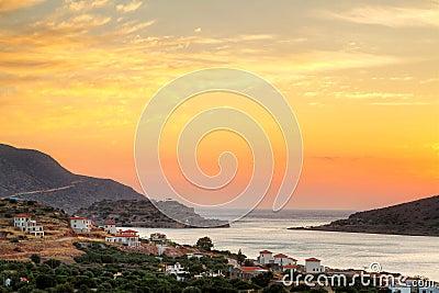 Salida del sol asombrosa en la bahía de Mirabello en Crete