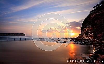 Salida del sol de la playa de Macmasters de la piscina del océano