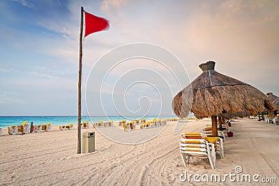 Salida del sol del Caribe en la playa
