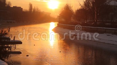 Salida del sol del invierno sobre el río
