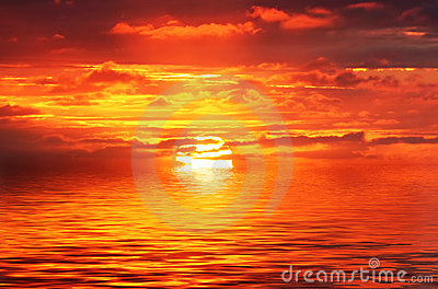 Salida del sol del océano del Rojo-Oro