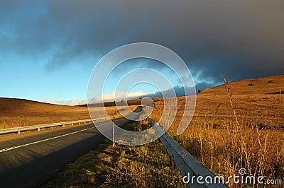 Salida del sol en el camino abierto