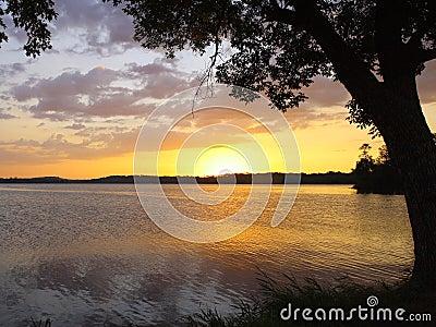 Salida del sol en el lago
