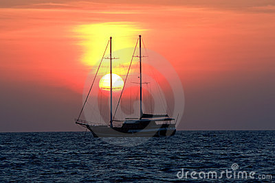 Salida del sol en el océano