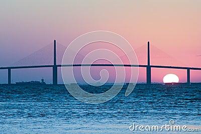 Salida del sol en el puente de Skyway de la sol