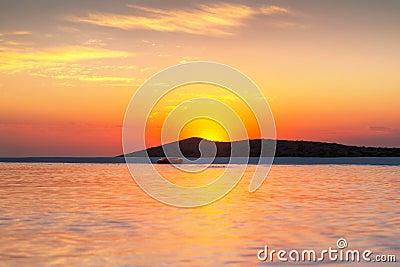 Salida del sol en la bahía de Mirabello en Crete