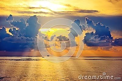 Salida del sol hermosa en el mar o el océano
