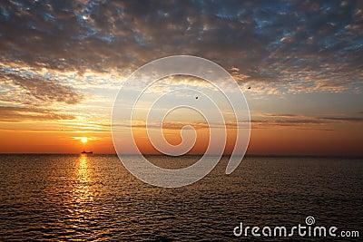 Salida del sol hermosa sobre el horizonte